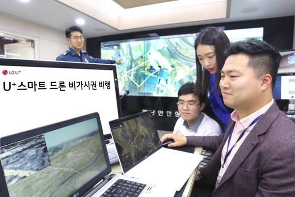 LG Uplus obtained South Korea's first qualification to drone invisible special flight and demonstrated a remote control of a drone from Songpa-gu Office.  Lieutenant Kang Dong-woo of Songpa Police Station is experimenting a control of an invisible drone.