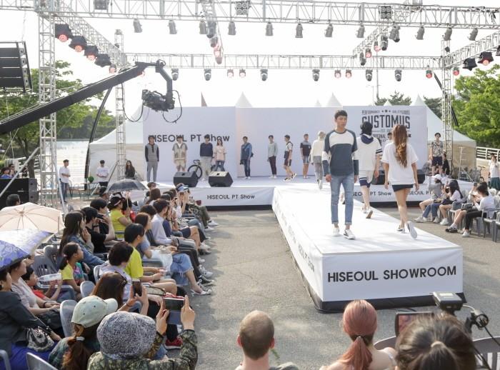 26일 서울 송파구 올림픽공원 만남의 광장에서는 '2018 하이서울패션쇼' 2일차 일정이 개최됐다. '하이서울쇼룸' 브랜드 '커스텀어스(CustomUS)' 패션쇼 간 모델들이 런웨이를 거닐고 있다. (사진=박동선 기자)