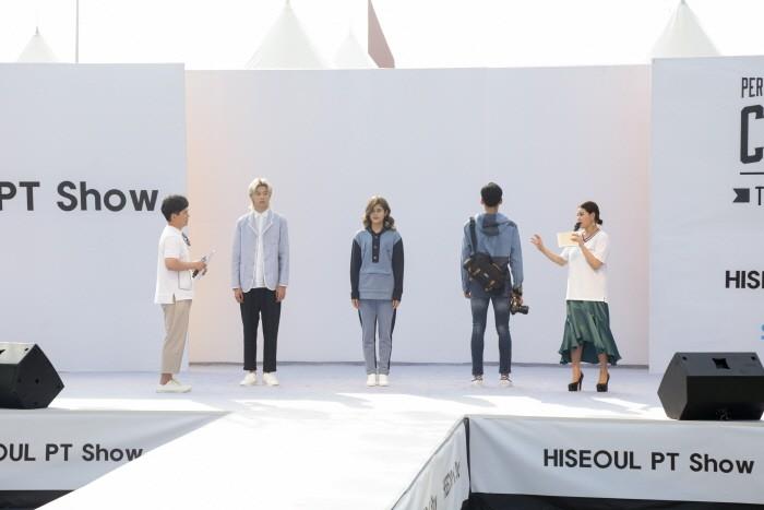 26일 서울 송파구 올림픽공원 만남의 광장에서는 '2018 하이서울패션쇼' 2일차 일정이 개최됐다. 브랜드 '커스텀어스(CustomUS)' 패션 콘셉트발표가 진행되고 있다. (사진=박동선 기자)