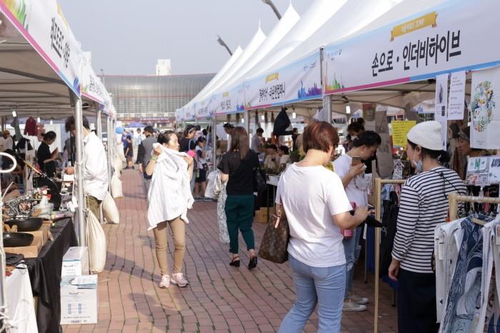 26일 서울 송파구 올림픽공원 만남의 광장에서는 '아이마켓서울유-올림픽공원' 2일차 일정이 개최됐다. 사진은 '아이마켓서울유-올림픽공원' 간 활발한 움직임을 보이는 플리마켓들의 모습. (사진=박동선 기자)