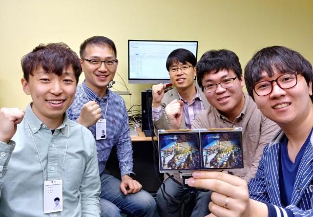 VR 기술 연구에 참여한 연구원들이 파이팅을 하고 있다. 좌측 앞쪽부터 LG디스플레이 OLED알고리즘팀 이호철 선임, 이상린 책임, 서강대 강석주 교수(뒷편 가운데), 강건우 학생, 장정우 학생 순.
