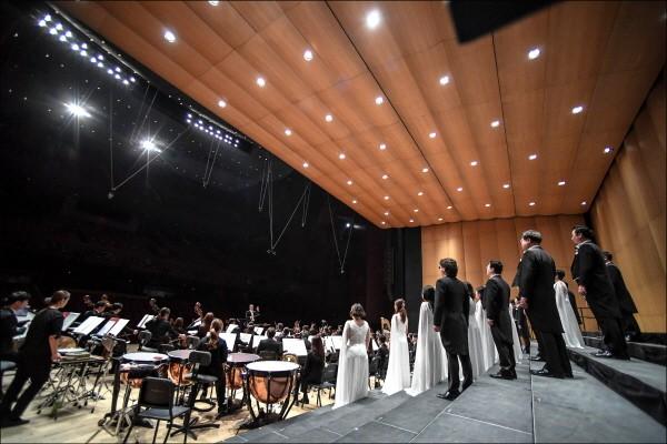 'BMW 7시리즈와 함께하는 서울시합창단 창단40주년 기념음악회' 공연사진. 사진=세종문화회관 제공