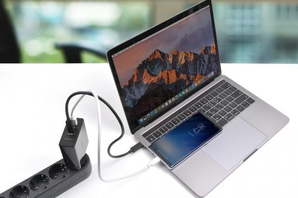 사진 = 아트뮤  USB-PD고속충전기 듀얼충전 모습