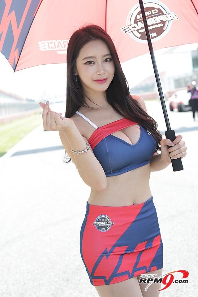 CJ대한통운 슈퍼레이스 챔피언십 3전 본부 소속 레이싱걸 소이 (사진 황재원 기자)