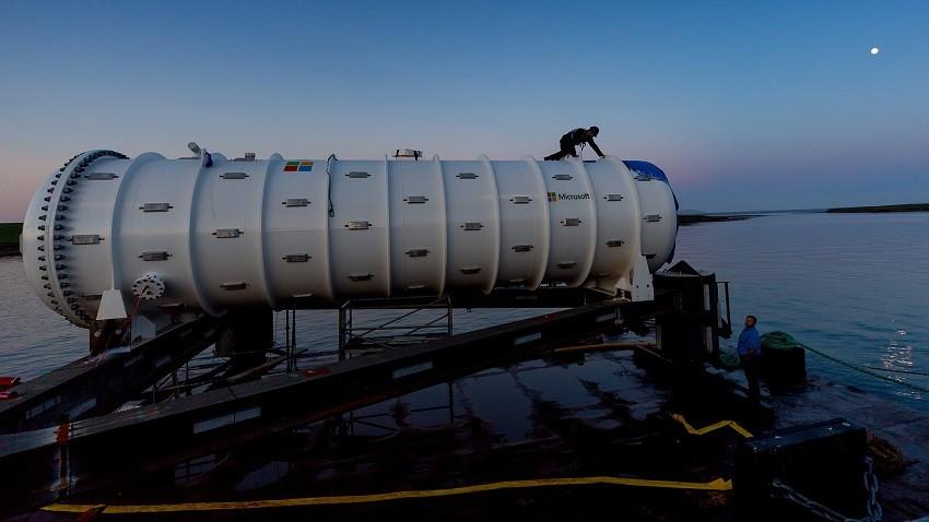 운영 시범을 위해 잠수 준비중인 해저 데이터 센터