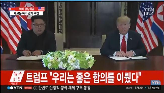 12일(현지시각) 싱가포르 센토사섬 카펠라호텔에서 도널드 트럼프 미국 대통령(오른쪽)과 김정은 북한 국무위원장이 첫 정상회담을 가지고 합의문에 서명했다. 사진=YTN캡처