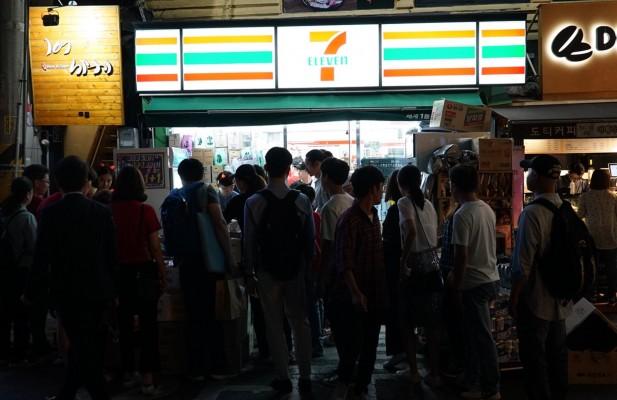 러시아월드컵 국가패표팀의 경기가 열린 18일 오후 서울 광화문 세븐일레븐 한 매장 앞 모습. 사진=세븐일레븐 제공