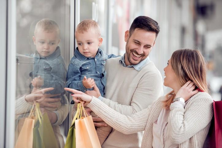 한국에서는 개인을 위한 소비보다는 가족을 우선순위에 두고 쇼핑하며, 타인이 소비의 주도권을 쥐는 '보수적인 방콕족(conservative homebody)'이 주요 유형 중 하나로 나타났다. 사진=게티이미지뱅크