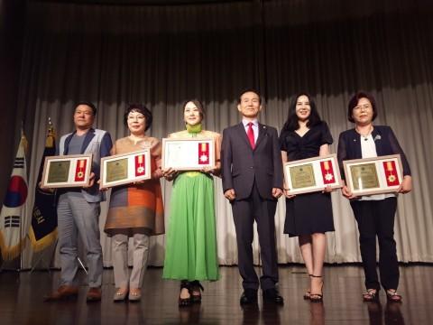 사브리나 박(왼쪽에서 세 번째)이 2018 대한민국을 빛낸 자랑스런 신한국인 리더대상 수상자들과 함께 기념촬영을 하고 있다.