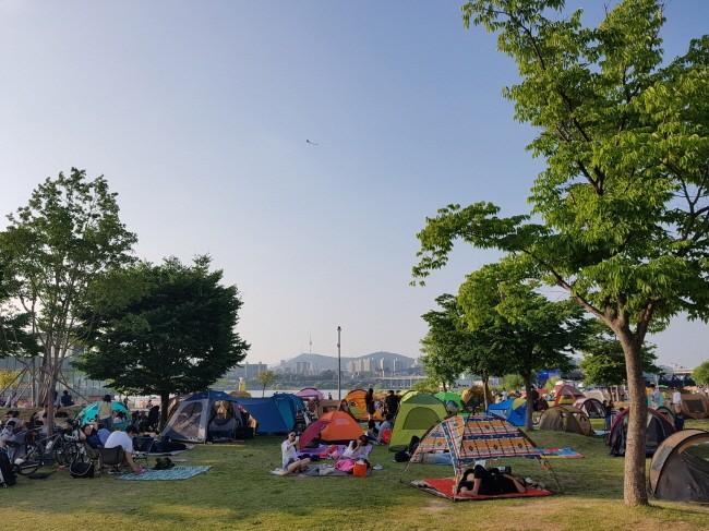 생활의 확장으로서 한강을 즐기는 캠핑족