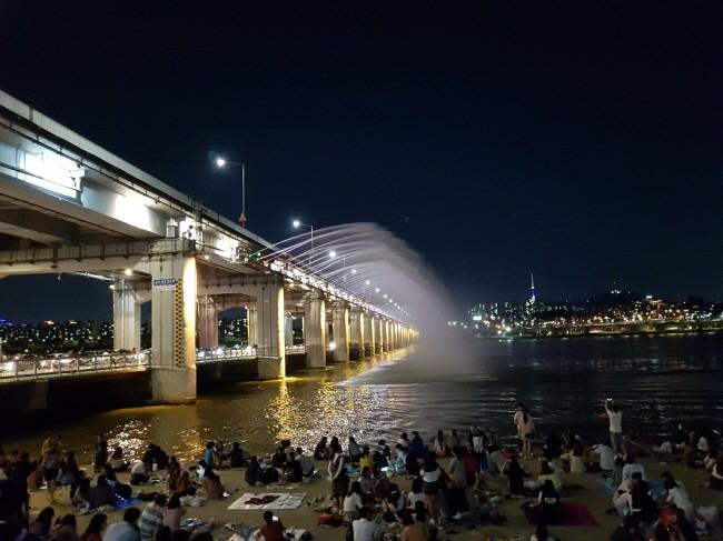 공유공간으로서 한강을 적극 즐기고 있다