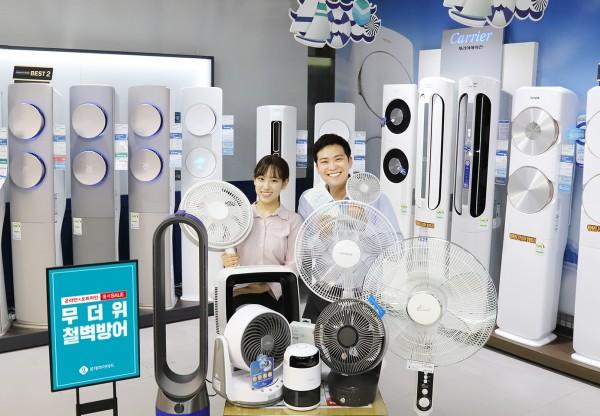 롯데하이마트가 7월 3일부터 7월 31일까지 '무더위 철벽방어 온라인 오프라인 동시세일'을 진행한다. 하이마트 대치점에서 고객들이 행사 상품을 둘러보고 있다. 사진=롯데하이마트 제공