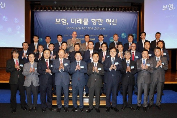 (Starting from the 5th person from the front row) Representatives including Chairman Kim Yong-tae of The National Assembly of The Republic of Korea National Policy Committee, Director Shin Yong-gil of Korea Life Insurance Association, and Director Choi Jong-ku of Financial Services Commission are taking a commemorative picture.