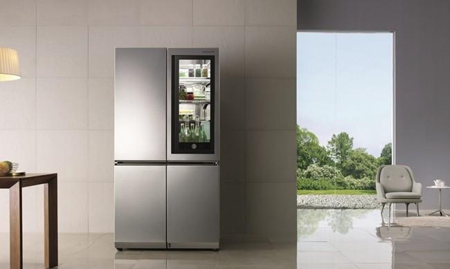 최고상을 수상한 LG 시그니처 노크온 매직스페이스 냉장고는 사용자가 '노크온 매직스페이스'를 사용해 냉기 유출을 47% 줄일 수 있다.