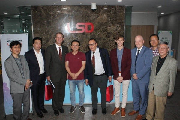 CTO Brad Hardin of Black & Veatch (second from the right) and CEO Lee Ki-taek of LSD Tech (fifth from the right) are taking commemorative pictures with other representatives after discussing about supply of LSD Tech's servers.