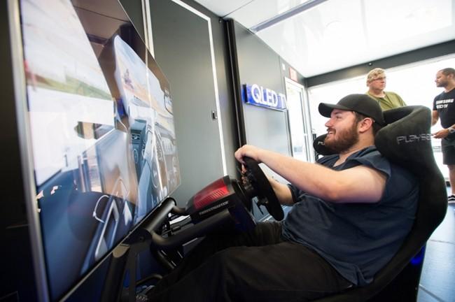 로스엔젤레스에서 체험관 방문객들이 삼성 QLED TV로 엑스박스의 게임을 즐기고 있다.