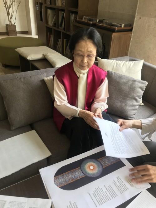 세계적인 스테인 글라스 작가 '빛의화가 - 방혜자 화백' 힐리언스 선마을 작품 기증
