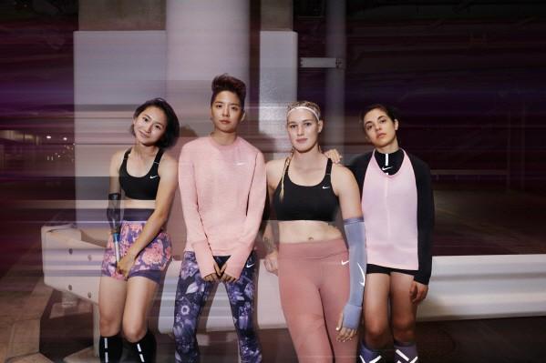 나이키는 여성들이 스포츠를 통해 세상을 움직일 수 있는 힘과 자신감을 얻을 수 있도록 여성의 모습과 움직이는 몸에 대한 경이로움을 담은 브랜드이다. 이에 맞춰 혁신, 디자인 그리고 스타일 모두를 겸비한 `나이키 메탈릭 신 컬렉션(Nike Metallic Sheen Collection)`을 12일 선보인다고 밝혔다. 사진=나이키 제공