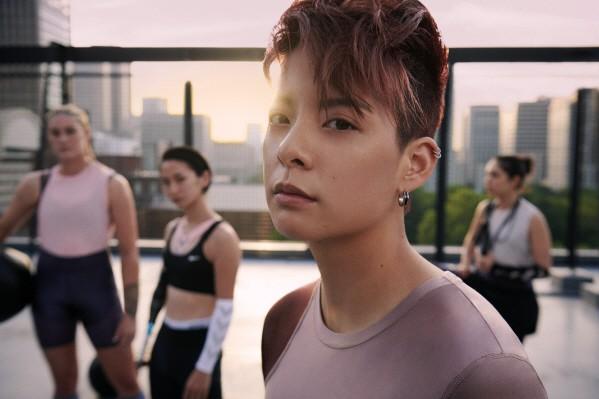 나이키는 여성들이 스포츠를 통해 세상을 움직일 수 있는 힘과 자신감을 얻을 수 있도록 여성의 모습과 움직이는 몸에 대한 경이로움을 담은 브랜드이다. 이에 맞춰 혁신, 디자인 그리고 스타일 모두를 겸비한 '나이키 메탈릭 신 컬렉션(Nike Metallic Sheen Collection)'을 12일 선보인다고 밝혔다. 사진=나이키 제공