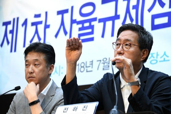 Korea Blockchain Industry Promotion Association announced results of its first evaluation on voluntary restraints.  Chairman Jeon Ha-jin of KBIPA's Voluntary Restraint Committee is announcing evaluation results.  Staff Reporter Yoon, Sunghyuk | shyoon@etnews.com