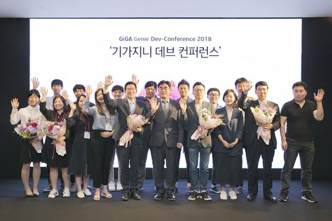 서울 중구 앰배서더 호텔에서 열린 '기가지니 데브 컨퍼런스 2018'에서 공모전 수상팀들이 기념촬영을 하고 있다.