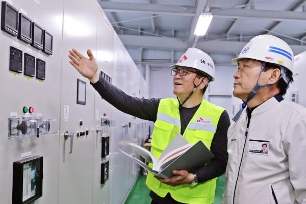 12일 SK텔레콤과 현대자동차 관계자가 에너지 소비 효율화를 위해 현대자동차 울산공장에 구축한 열병합발전 시스템 및 FEMS 솔루션을 점검하고 있다.