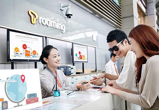 SK텔레콤은 여름 휴가철 해외여행을 계획하고 있는 고객을 위해 다양한 맞춤형 로밍 서비스를 제공한다.