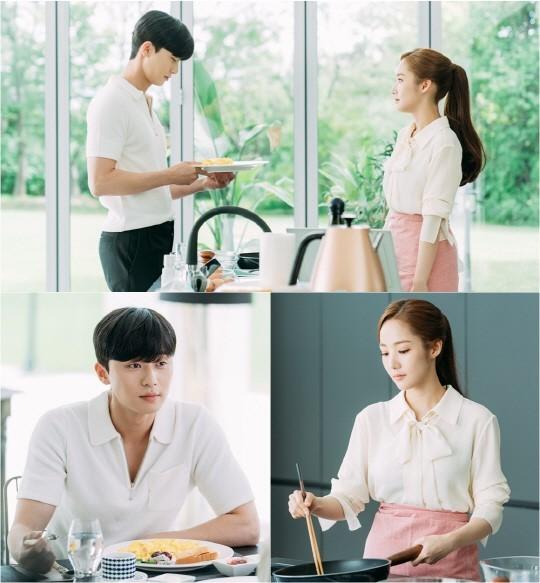 배우 박서준, 박민영이 신혼 부부 포스를 내며 아침식사 준비를 하고 있는 사진이 공개됐다.