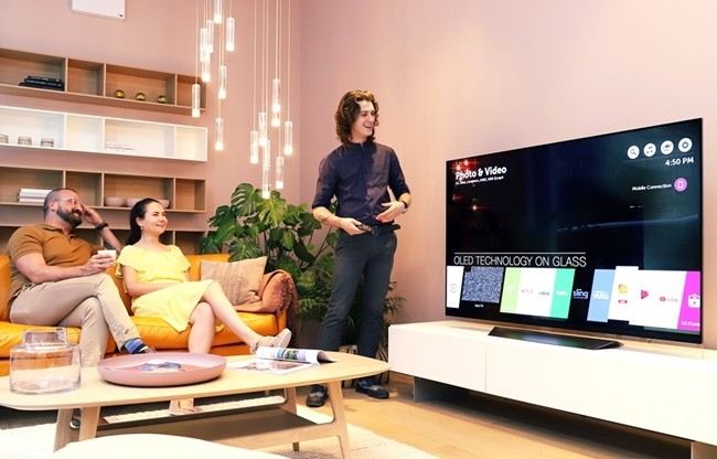덴마크의 현대적 거실, 'LG 올레드 TV'로 완성하다
