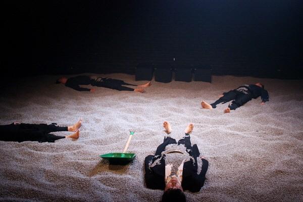 '멈추고, 생각하고, 햄릿' 공연사진. 사진=극단/소극장 산울림 제공