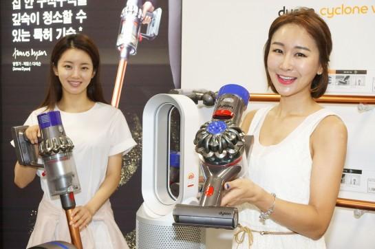 일렉트로마트 영등포점에서 모델들이 인기 가전 브랜드 '다이슨' 제품을 선보이고 있다. 이마트는 오는 8월 8일까지 다이슨 제품을 연중 최저가에 판매한다. 사진=이마트 제공