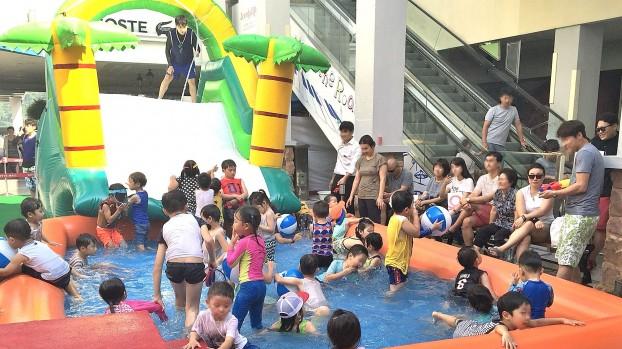 지난해 롯데몰 동부산점 워터파크 이벤트에서 고객들이 물놀이를 하고 있다. 사진=롯데쇼핑 제공
