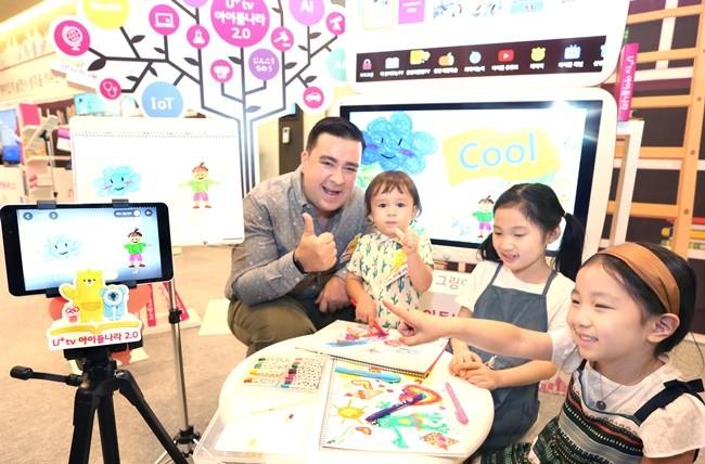 'U+tv 아이들나라 2.0'의 광고모델인 샘 해밍턴과 아들 윌리엄이 아이들과 AR놀이플랫폼, 생생체험학습을 체험하고 있는 모습