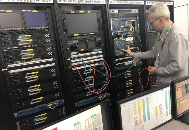7월 30일(현지시간) 자카르타 국제방송센터(IBC)에서 KT 직원이 네트워크 품질테스트를 진행하고 있다.