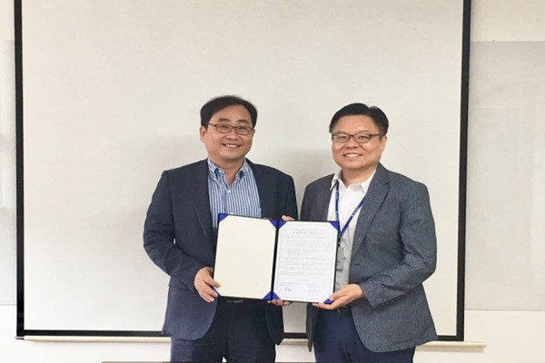 CEO Lim Moo-ho of Dain Leaders (right) and Director Park Sung-joon of Dongguk University's Blockchain Research Center are taking a commemorative picture.