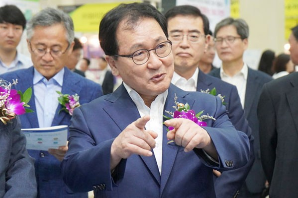 사진 = LG CNS부스에서 질문 중인 유영민 과학기술정보통신부 장관 ⓒ 이영화