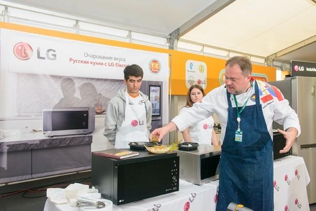 러시아 출신의 셰프인 블라드 피스쿠노프(Vlad Piskunov)가 LG광파오븐을 이용한 요리교실을 진행하고 있다.
