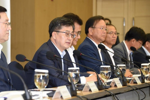 Deputy Finance Minister Kim Dong-yeon (second from the left) presided Innovative Growth Meeting that was held at Sejong Convention Center on the 8th.