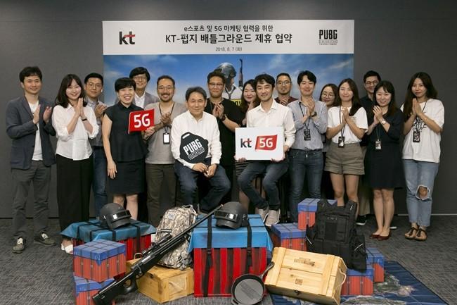 KT 마케팅부문 이필재 부사장(왼쪽 7번째)과 펍지주식회사 김창한 대표(오른쪽 8번째)가 7일 서울 서초구 펍지주식회사 사무실에서 '플레이어언노운스 배틀그라운드'를 활용한 5G 마케팅 제휴 협약을 체결하고 임직원들과 함께 기념사진 촬영을 하고 있다.