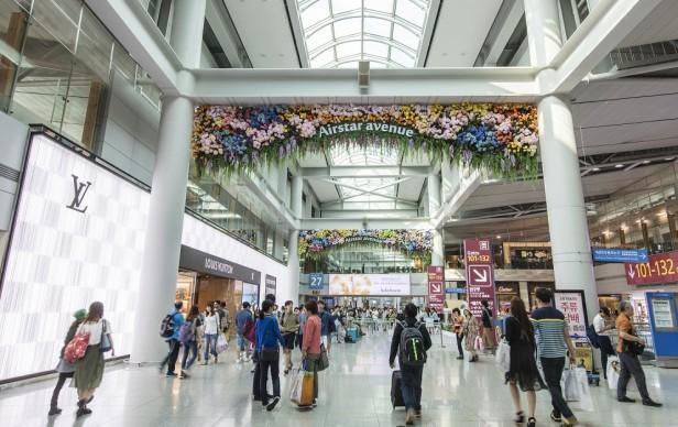 인천공항 면세점 '에어스타 애비뉴(Airstar Avenue)'는 8월 19일까지 고객들에게 최고 2000만원 상당의 해외여행 상품권과 총금액 1억5000만원의 면세점 기프트 카드 등 다양한 혜택을 제공하는 '섬머 바캉스(Summer Vacance)'를 테마로 인천공항 면세점 여름 프로모션을 진행한다. 사진=인천공항공사 제공