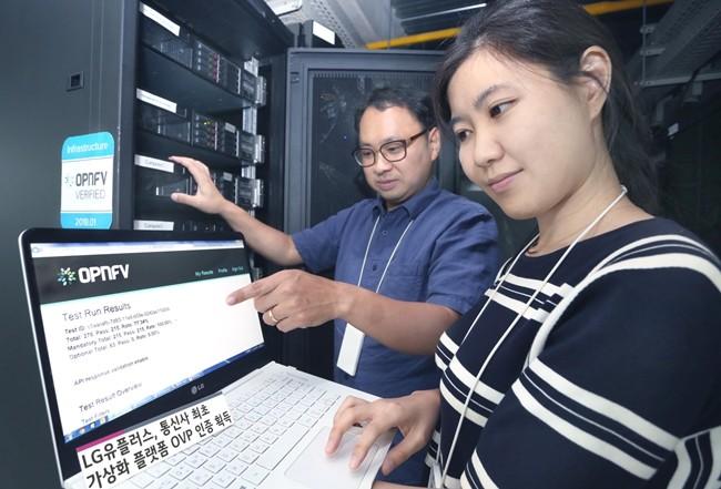 LG유플러스 직원들이 OVP 인증을 받은 가상화 플랫폼이 적용된 장비를 점검하고 있는 모습