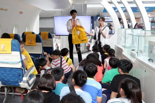 지난 9일 인천국제공항 제1여객터미널 항공라운지에서 비상상황 대응 교육에 참여하고 있다.