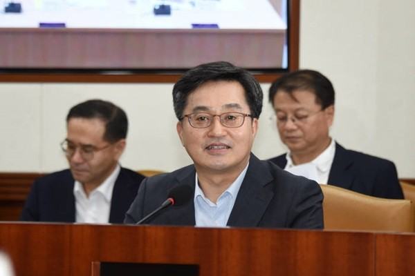 Deputy Finance Minister Kim Dong-yeon is making an announcement at a meeting for ministers who are associated with innovative growth.