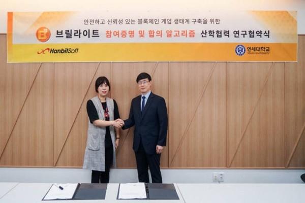 CEO Kim Yoo-ra of HanbitSoft (left) and Professor Jung Jong-moon of Yonsei University