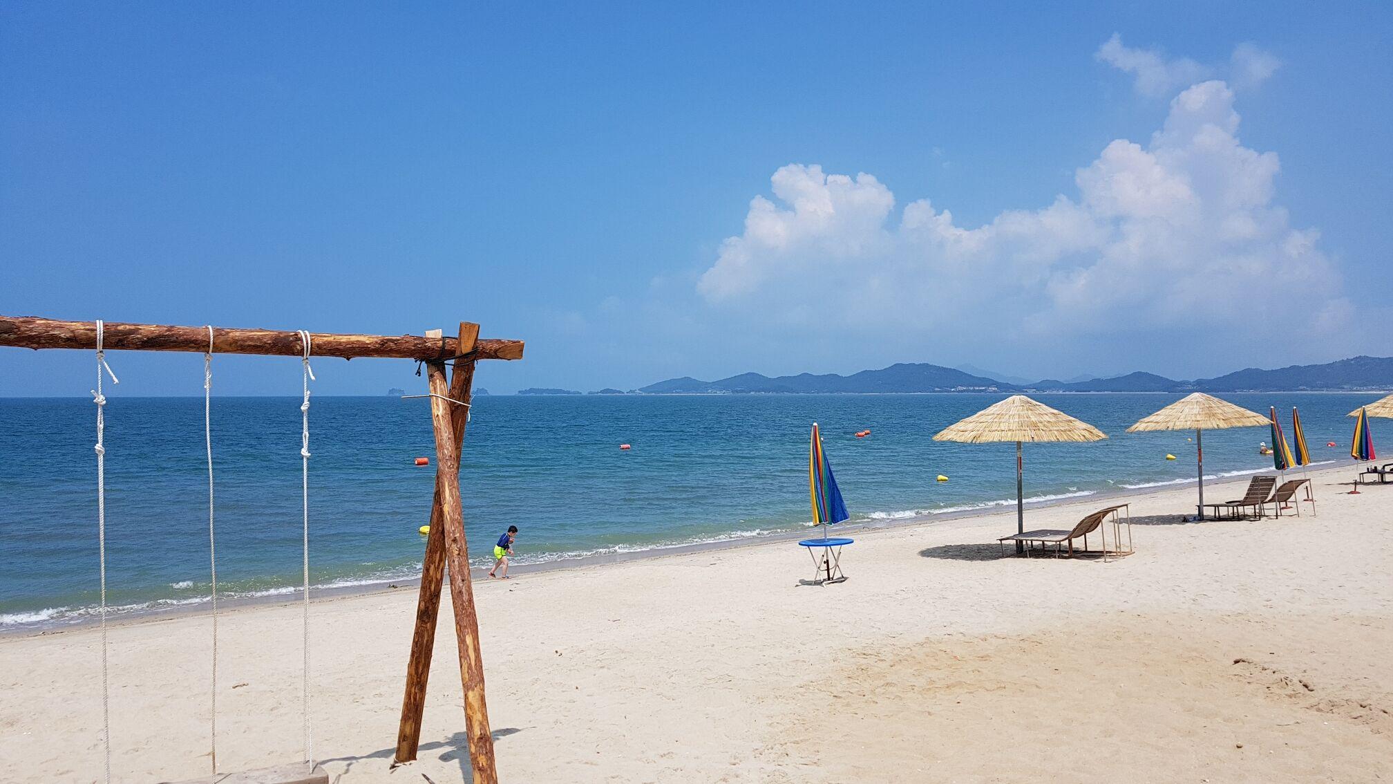 90여 개의 섬들이 수평선에 닿아 있는 모습이 인상적인 증도의 우전해수욕장