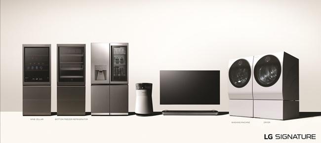 LG전자는 기존에 출시한 냉장고, 세탁기, 공기청정기에도 순차적으로 인공지능 플랫폼을 탑재하기로 했다. LG전자의 초프리미엄 가전 'LG 시그니처'의 전 제품 이미지. 왼쪽부터 와인셀러, 상냉장 하냉동 냉장고, 냉장고, 공기청정기, 올레드 TV, 세탁기, 건조기