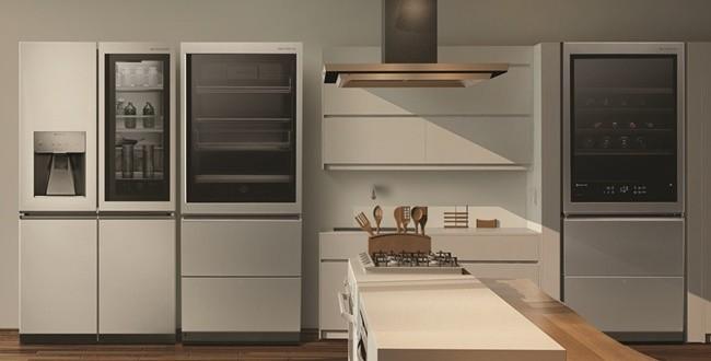 LG 시그니처 냉장고 신제품(왼쪽에서 두 번째)은 유럽형 상냉장 하냉동 타입이다. `노크온`, 자동 문 열림, `자동인출승강` 등 편의 기능 탑재했다. LG 시그니처 와인셀러(오른쪽)는 와인셀러와 냉장고를 결합한 초프리미엄 복합형 제품이다. 위쪽에 와인 65병을 보관하고 아래쪽에 위치한 두 칸의 서랍을 냉장고나 냉동고로 사용할 수 있다.