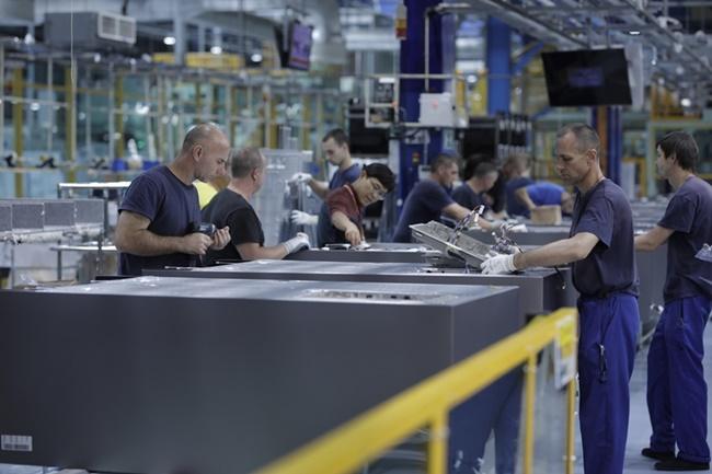 삼성전자의 유럽향 세탁기와 냉장고 등을 생산하는 삼성전자 폴란드 공장의 제조 현장 모습