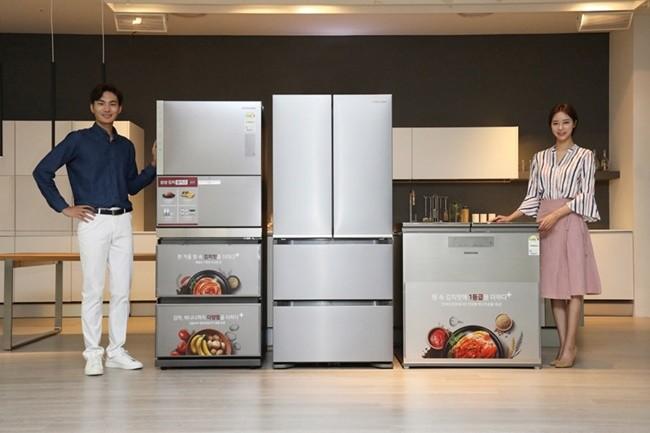 삼성전자 모델이 김치는 물론, 바나나·감자 등 보관이 까다로운 식재료까지 맞춤 보관이 가능한 프리미엄 김치냉장고 2019년형 '김치플러스'를 소개하고 있다