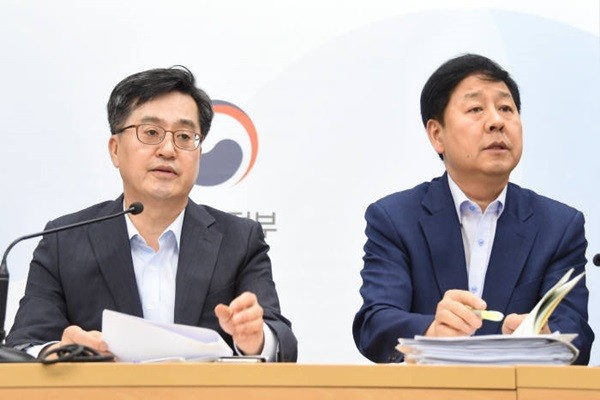 Minister Kim Dong-yeon (left) of Ministry of Economy and Finance and Department Head Koo Yoon-cheol of Ministry of Economy and Finance's Budget Department are answering questions at a preliminary briefing for 2019 budget plan that was held at Government Buildings Management Office on the 24th.